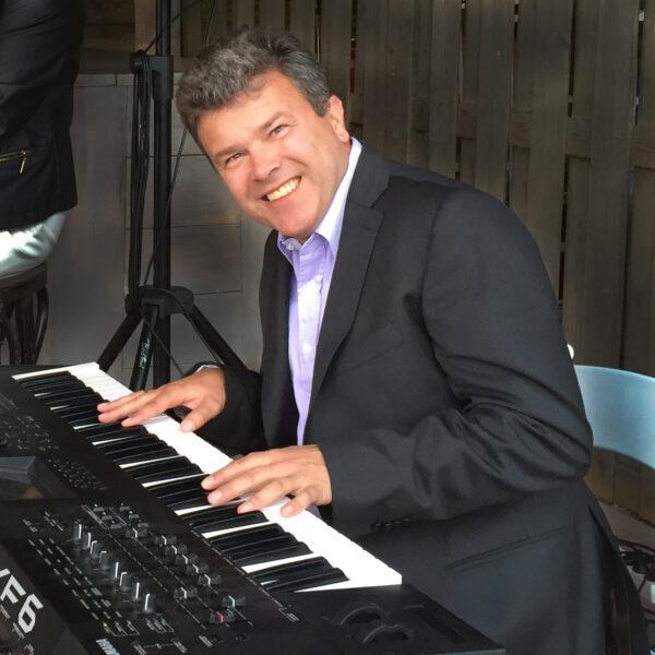 Johan op keyboard